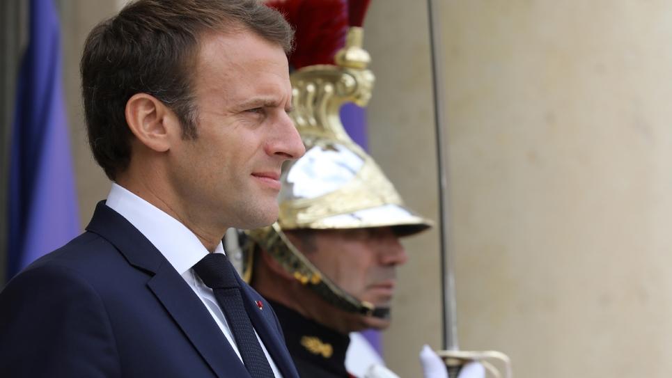 Emmanuel Macron attend l'arrivée du président de l'Azerbaïdjan à l'Elsyée, le 20 juillet 2018