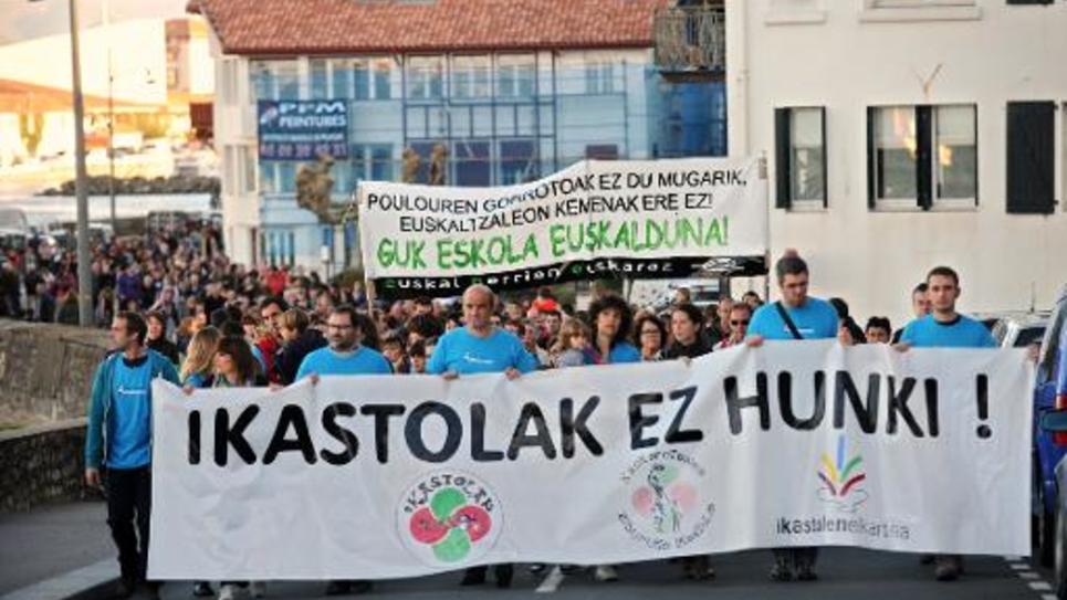 """Manifestation en faveur de l'enseignement en langue basque dans les écoles, le 8 novembre 2014 à Ciboure, dans le sud-ouest de la France. Sur le drapeau ouvrant la marche: """"Ne touchez pas les ikastolas"""" (écoles en langue basque)"""