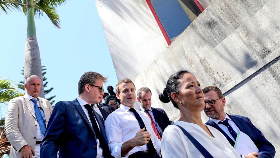 Le président Emmanuel Macron (c) lors d'une visite surprise dans le quartier rénové des Camélias, le 24 octobre 2019 à Saint-Denis-de-la-Réunion