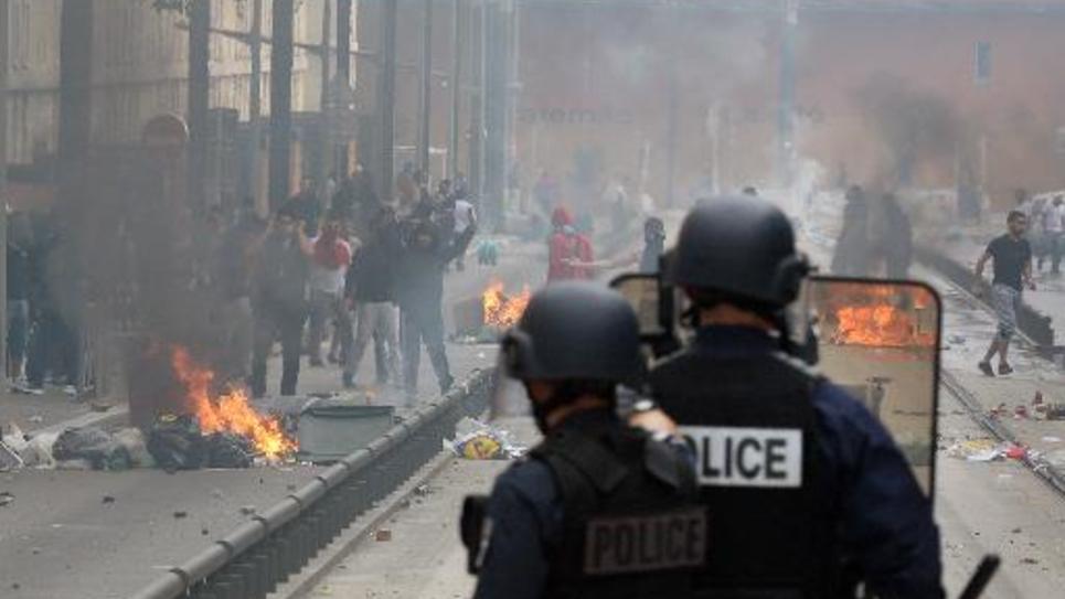 La police affronte des émeutiers le 20 juillet 2014 à Sarcelles, en banlieue parisienne, en marge d'une manifestation pro-Gaza, interdite par les autorités
