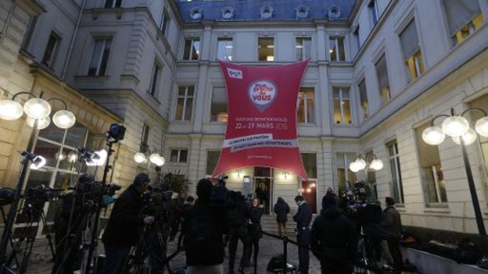 Les caméras de télévisions dans la cour du siège du Parti socialiste, rue de Solférino à Paris, au soir du 1er tour des élections départementales, le 22 mars 2015