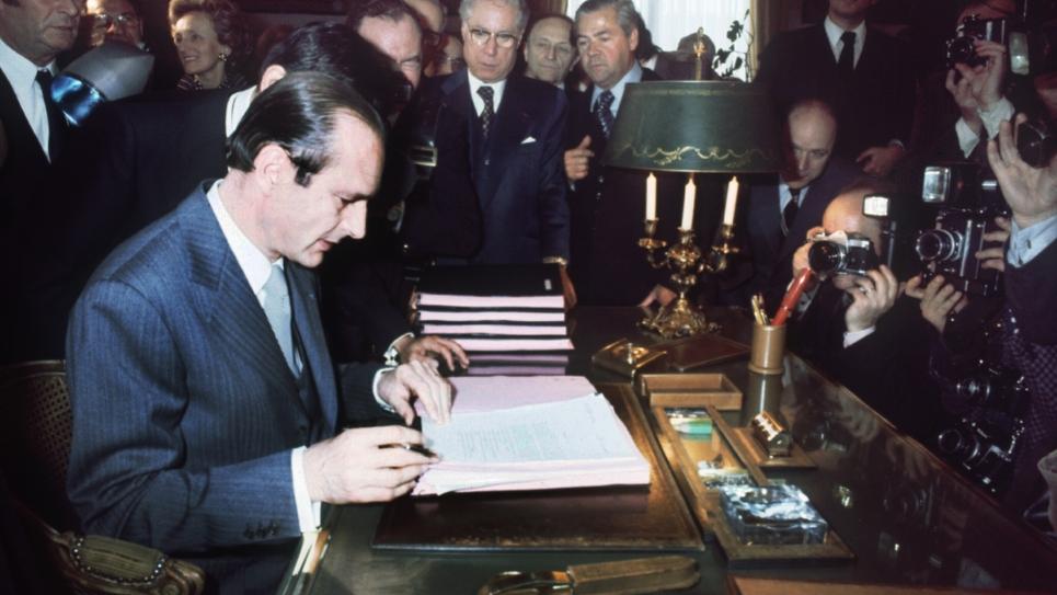 Jacques Chirac, élu maire de Paris, prend possession de son bureau à l'Hôtel de Ville, le 25 mars 1977