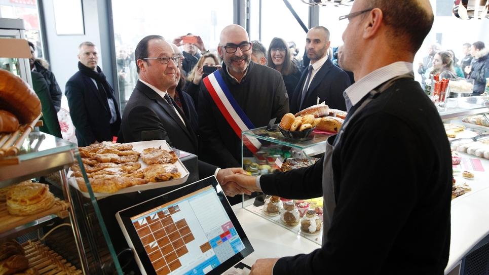 François Hollande et le maire d'Ivry-sur-Seine Philippe Bouyssou, à Ivry-sur-Seine, le 17 février 2017
