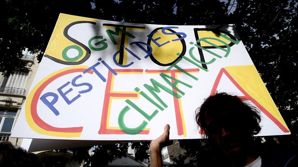 Une pancarte hostile au Ceta, le 16 juillet 2019 à Paris