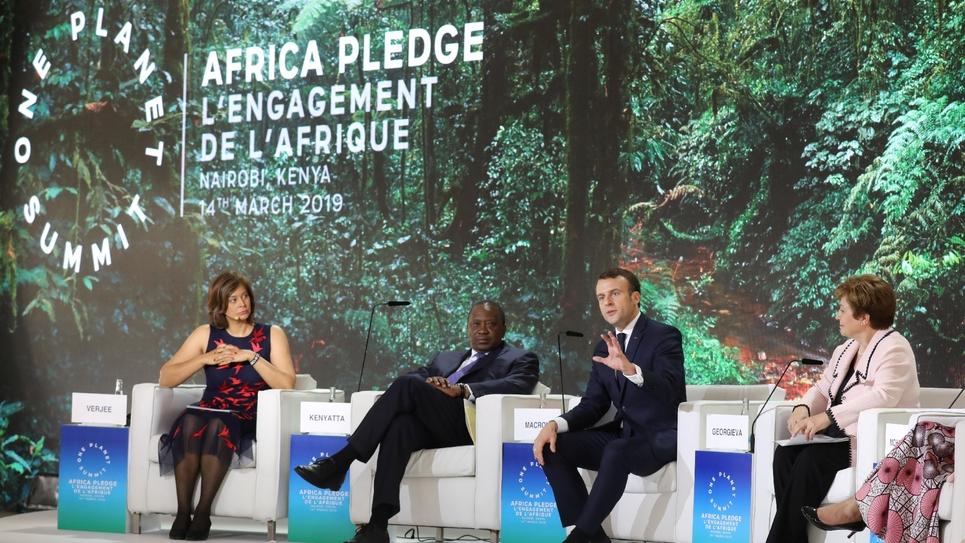 """Le président Emmanuel Macron (2e d) et le président kényan Uhuru Kenyatta (c), lors du """"One Planet Summit"""", le 14 mars 2019 à Nairobi, au Kenya"""