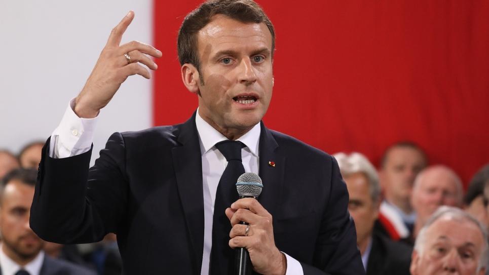 Le président Emmanuel Macron débat avec 160 maires à Cozzano, le 4 avril 2019 en Corse-du-Sud
