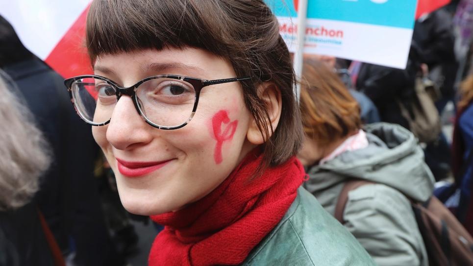 """Une sympathisante de """"La France insoumise"""" lors e la marche pour la VIe République, à Paris le 18 mars 2017"""