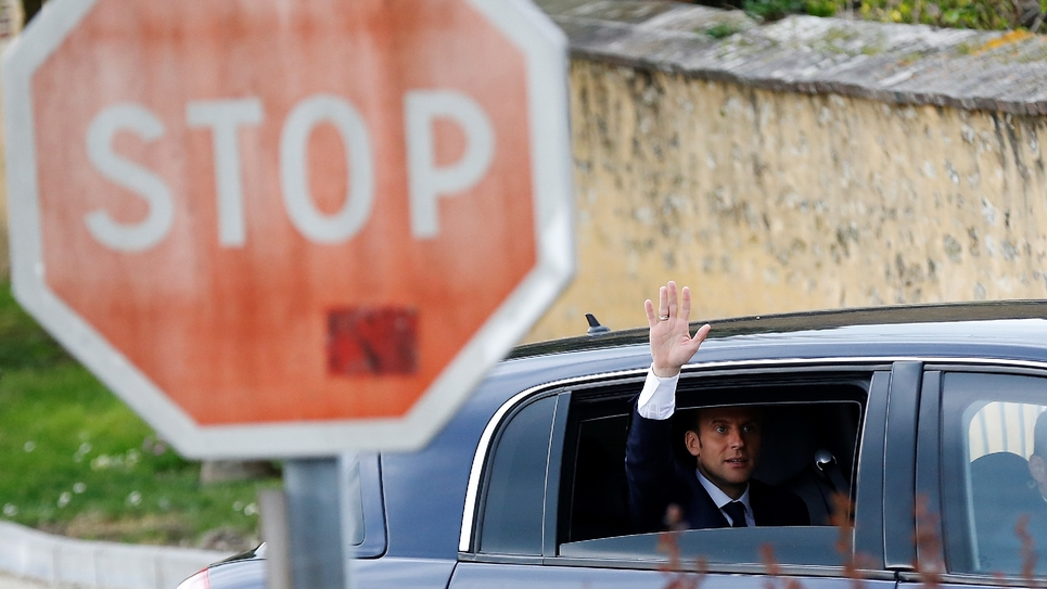 Emmanuel Macron quitte le village normand de Berd'huis  après son interview télévisée, le 12 avril 2018