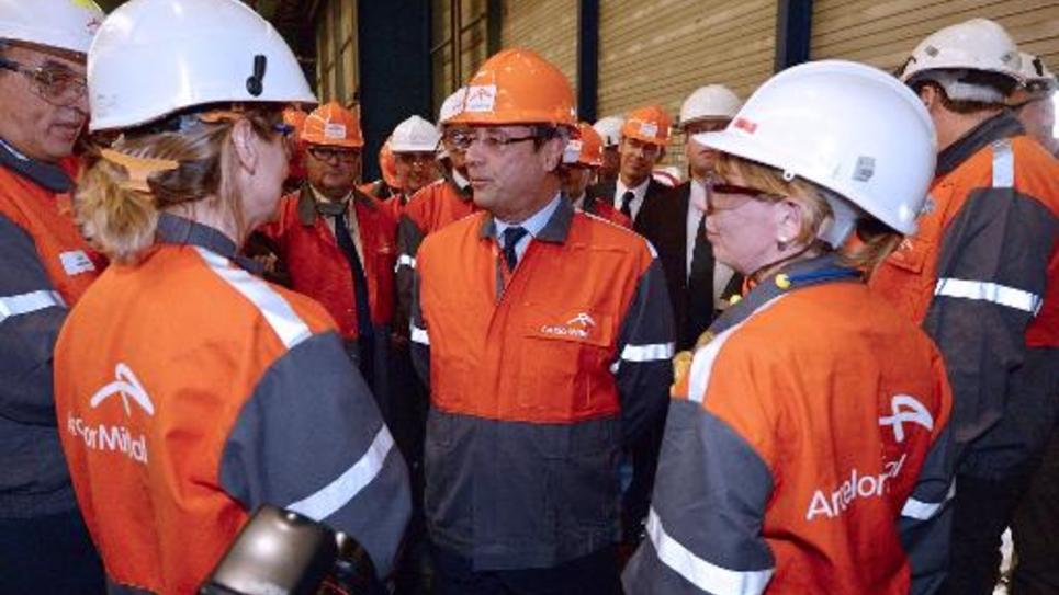 François Hollande avec des salariés d'ArcelorMittal lors d'une visite à Florange le 26 septembre 2013