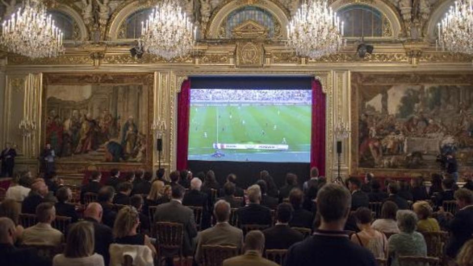 Diffusion du premier match de l'équipe de France au Brésil, contre le Honduras, à l'Elysée le 15 juin 2014, devant environ 200 personnes, parmi lesquelles François Hollande et les médaillés de Sotchi