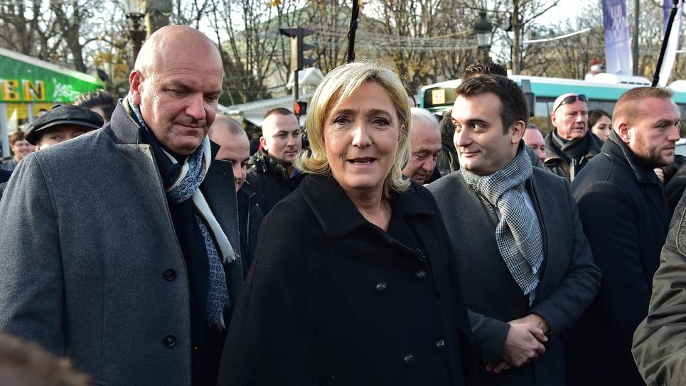Marine Le Pen et Florian Philippot visitent un marché de Noël à Paris le 8 décembre 2016