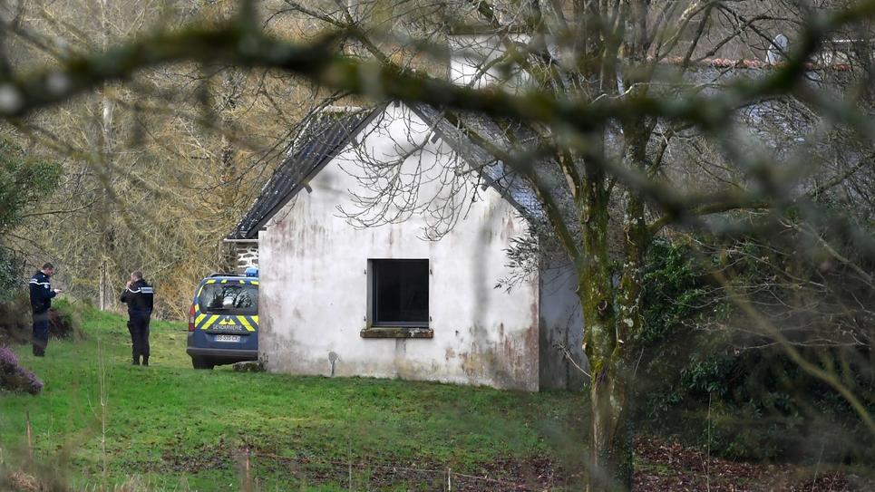 """Des gendarmes inspectent la proprieté de Richard Ferrand le 9 février 2019 à Motreff (Finistère) après une tentative d'incendie """"volontaire"""""""