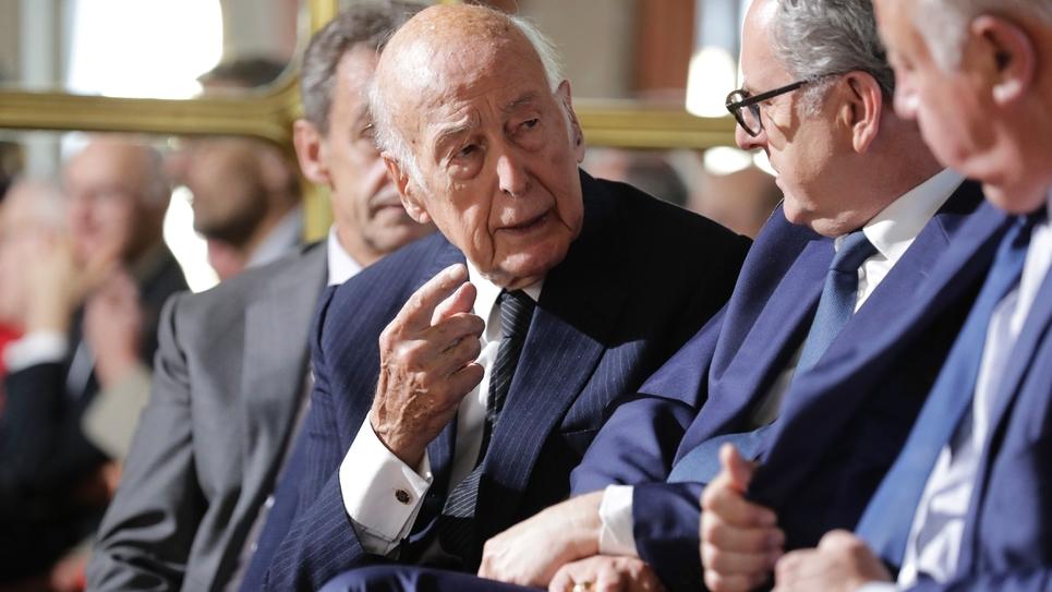 L'ancien président de la République Valéry Giscard d'Estaing (C) parle avec le président de l'Assemblée nationale Richard Ferrand (2e en partant de la droite) au Conseil constitutionnel à Paris, le 4 octobre 2018, pour le 60e anniversaire de la