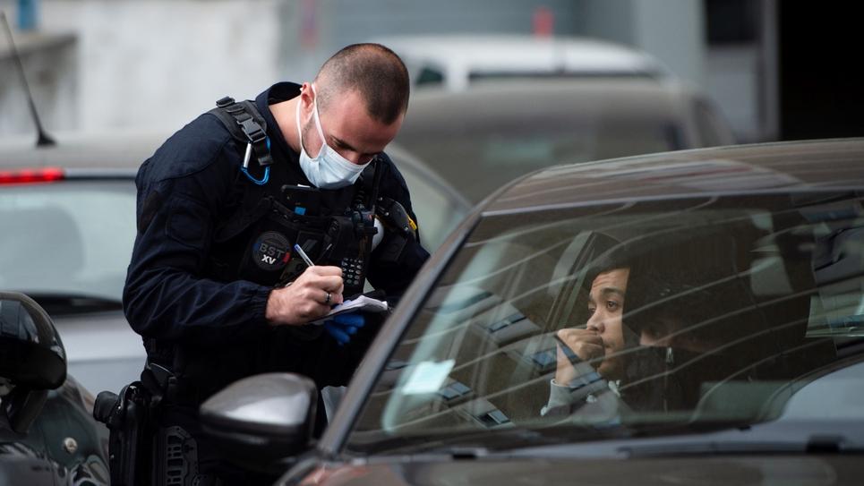 Des policiers contrôlent des automobilistes lors d'une opération antidrogue à la Cité des Oliviers, un quartier nord de Marseille, le 25 mars 2020
