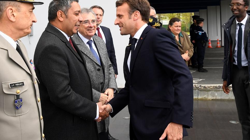 Le député LREM Mustapha Laabid (C) serre la main du président Macron, le 3 avril 2019 à Bruz en Ille-et-Vilaine