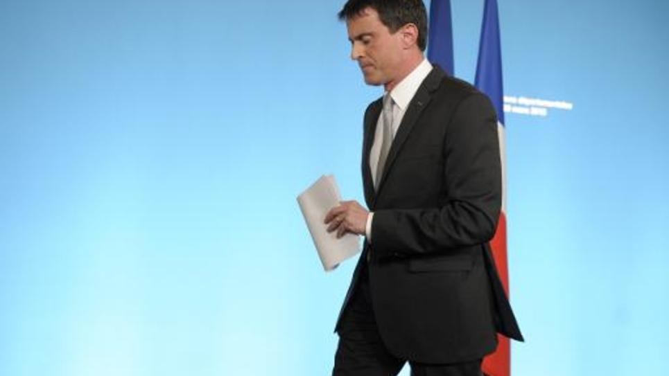 Manuel Valls quitte le pupitre après son allocution au soir du premier tour des élections départementales, le 22 mars 2015 à Paris