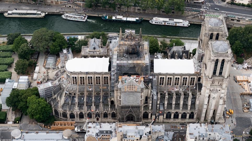 Cette photo aérienne prise le 14 juillet 2019 à Paris, la capitale française, montre la cathédrale Notre-Dame de Paris en construction après avoir été gravement endommagée par un énorme incendie le 15 avril dernier.
