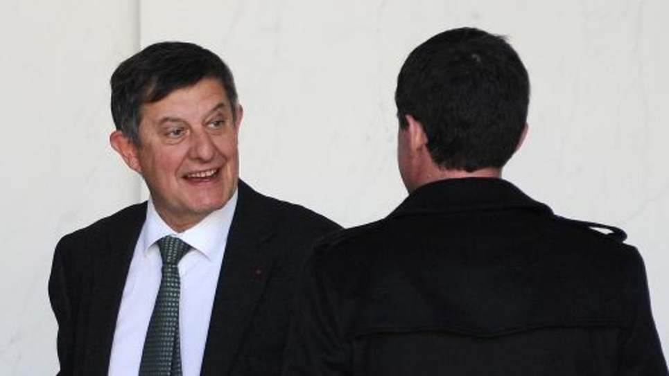 Le secrétaire général de l'Elysée Jean-Pierre Jouyet en discussion avec le Premier ministre Manuel Valls sur le perron du palais présidentiel à Paris le 12 novembre 2014