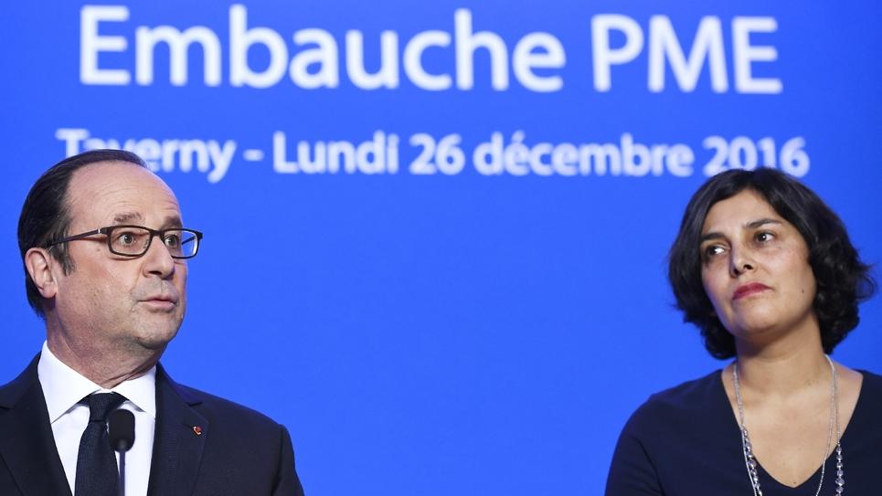 Le président François Hollande et la ministre du Travail Myriam El Khomri en visite dans l'entreprise ETNA France, le 26 décembre 2016 à Taverny