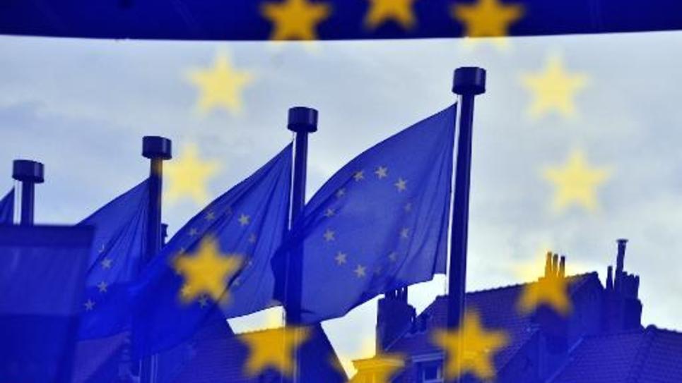 Des drapeaux européens se reflétant mercredi 21 mai 2014 dans les vitrages du siège de la Commission européenne à Bruxelles, à la veille du démarrage du scrutin, en Grande-Bretagne et aux Pays-Bas, qui s'étalera jusqu'à dimanche dans les 28 pays