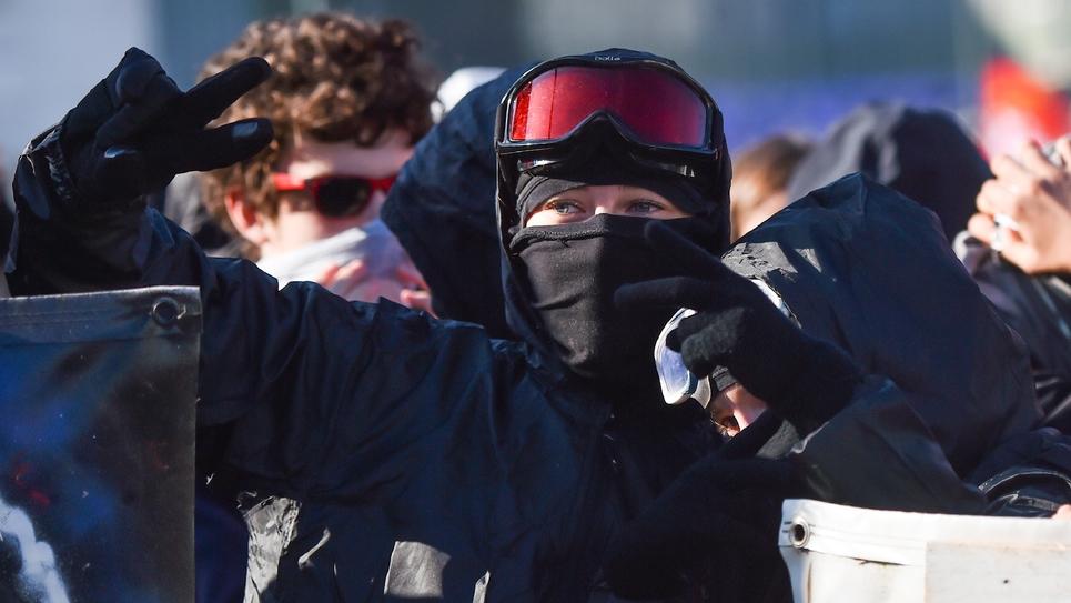 """Un membre d'un """"black bloc"""" lors d'une manifestation le 9 octobre 2018 à Nantes"""