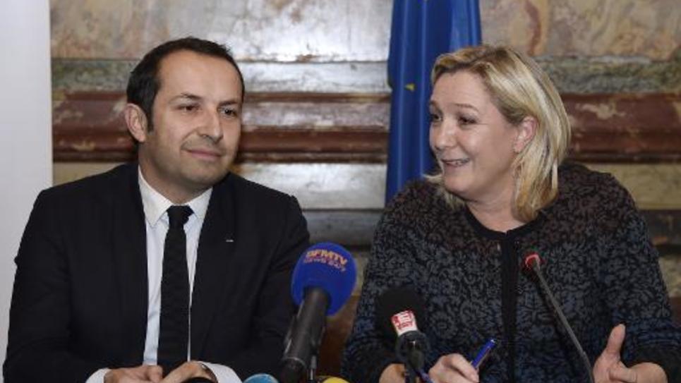 Sébastien Chenu, ancien secrétaire national de l'UMP qui rejoint le Rassemblement Bleu Marine, et Marine Le Pen, le 12 décembre 2014 à Paris