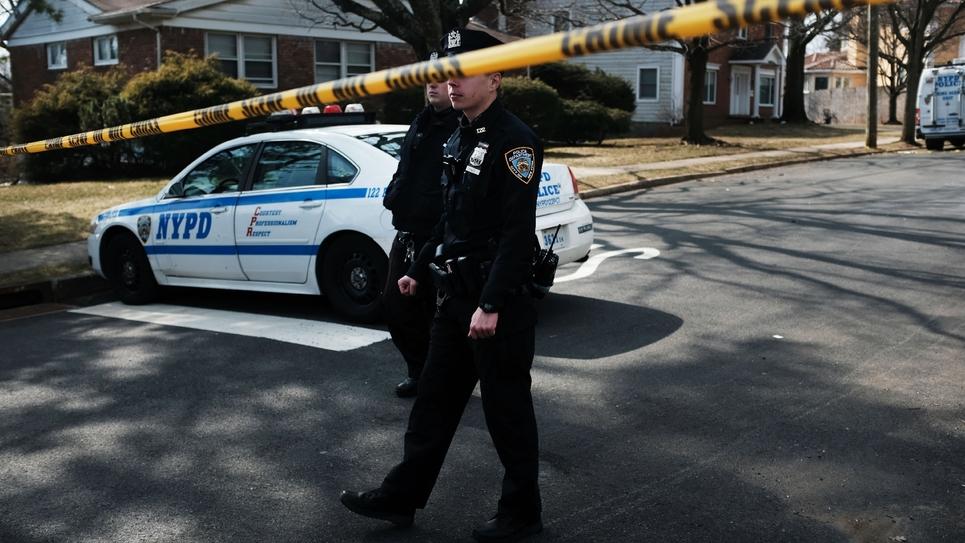 """Des policiers devant le domicile de Francesco """"Franky Boy"""" Cali, chef du clan mafieux Gambino, le 14 mars 2019 à Staten Island, à New York"""