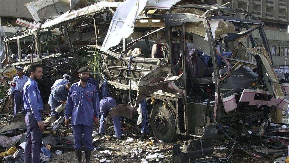 Le 8 mai 2002, photo du site de l'attentat au cours duquel une voiture piégée précipitée contre un bus transportant des salariés de la Direction des chantiers navals (DCN) avait explosé devant l'hôtel Sheraton à Karachi