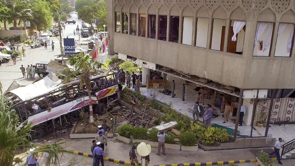 Le site de l'attentat, le 8 mai 2002, au cours duquel une voiture piégée, précipitée contre un bus transportant des salariés de la Direction des chantiers navals (DCN), avait explosé devant l'hôtel Sheraton à Karachi, au Pakistan