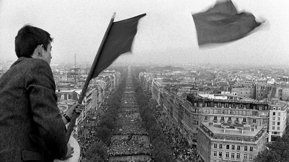 Vue de la manifestation de soutien au Général de Gaulle sur les Champs Elysées à Paris le 30 mai 1968