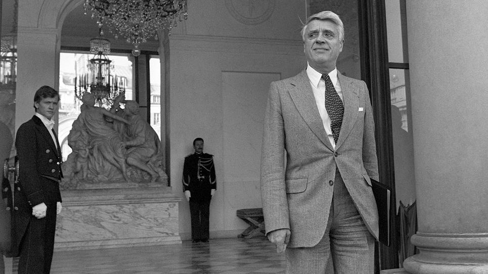 Le ministre du Travail Robert Boulin sort du Palais de l'Elysée, le 26 septembre 1979, après avoir participé au conseil des ministres