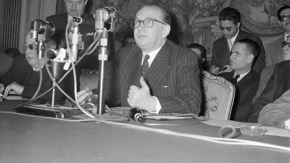 Edgar Faure s'adresse aux médias, le 2 décembre 1955 à l'Hôtel Matignon à Paris