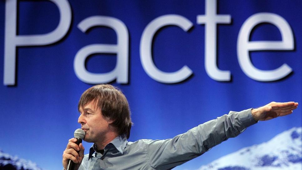 """Nicolas Hulot, le 1er avril 2007 à Paris, présente son """"Pacte écologique"""" en pleine campagne présidentielle"""