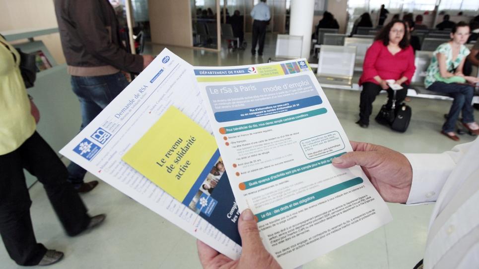 Brochures informant sur le RSA (revenu de solidarité active) mises à la disposition des usagers dans un centre de la CAF (Caisse d'allocations familiales) le 4 juin 2009 à Paris