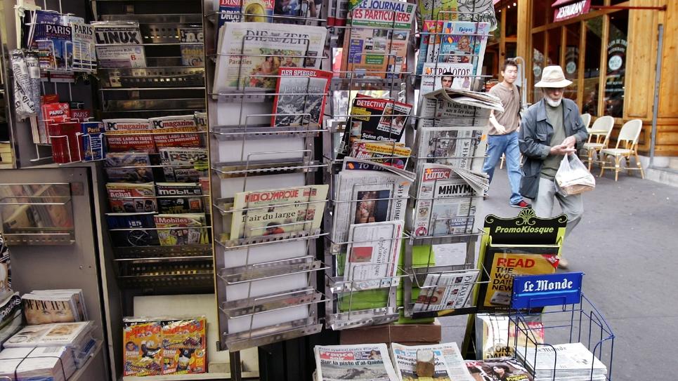 Kiosque à journaux parisien le 9 septembre 2005