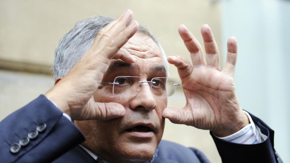 Robert Bourgi répond à des journalistes devant les bureaux d'Europe 1, à Paris le 12 septembre 2011
