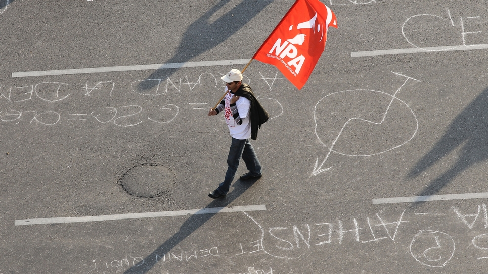 Un homme portant un drapeau du NPA, le 1er novembre 2011 à Nice
