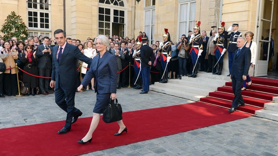 François et Penelope Fillon quittent l'hôtel de Matignon le 16 mai 2012