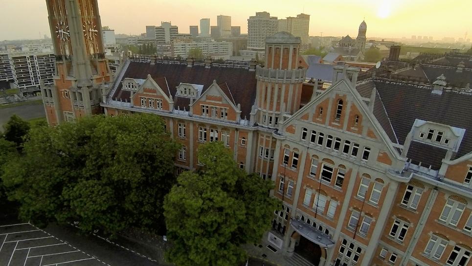Vue aérienne de la mairie de Lille et vue partielle du beffroi, le 8 juillet 2013