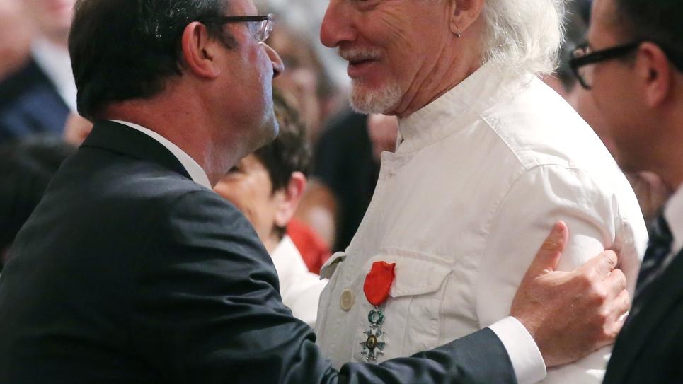 Le chanteur Hugues Aufray fait chevalier de la Légion d'honneur par François Hollande, à l'Elysée le 2 juillet 2013