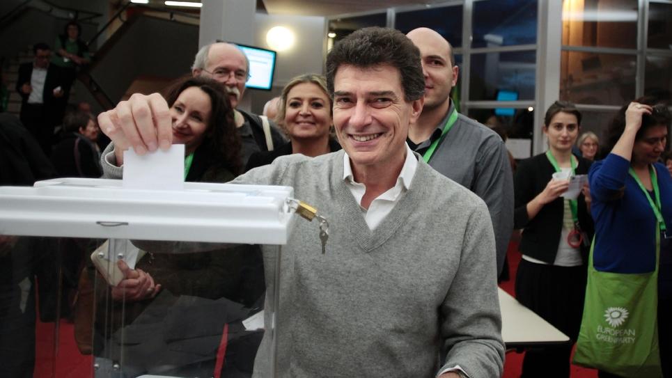 Pascal Durand (C) lors d'un vote à un congrès EELV en 2013 à Caen