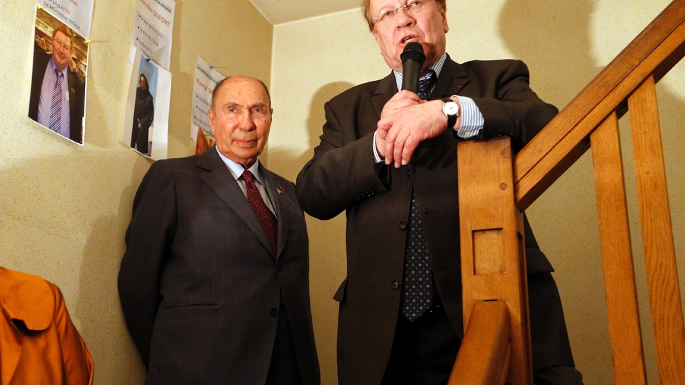 Le candidat UMP aux prochaines élections municipales de Corbeil-Essonnes, Jean-Pierre Bechter (D) et le sénateur Serge Dassault lors d'un meeting de campagne, le 13 mars 2014 à Corbeil-Essonnes