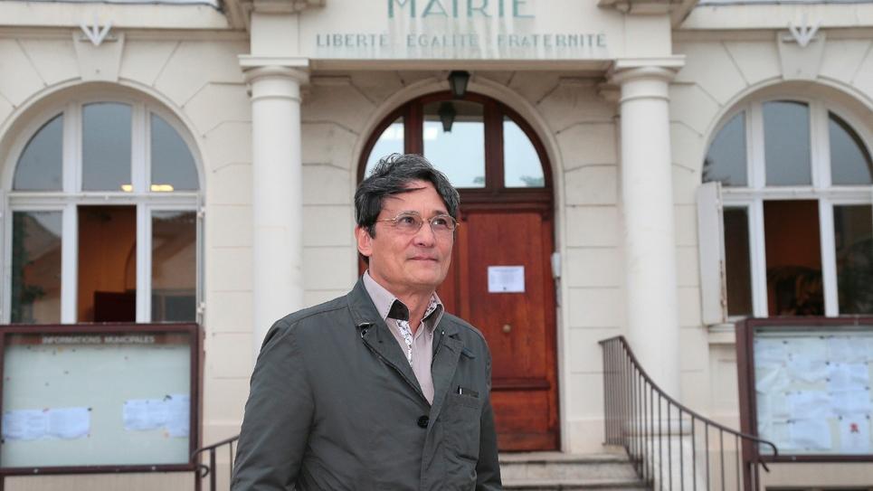 Le maire de Wissous (Essonne), Richard Trinquier pose, le 10 juillet 2014, devant ses locaux