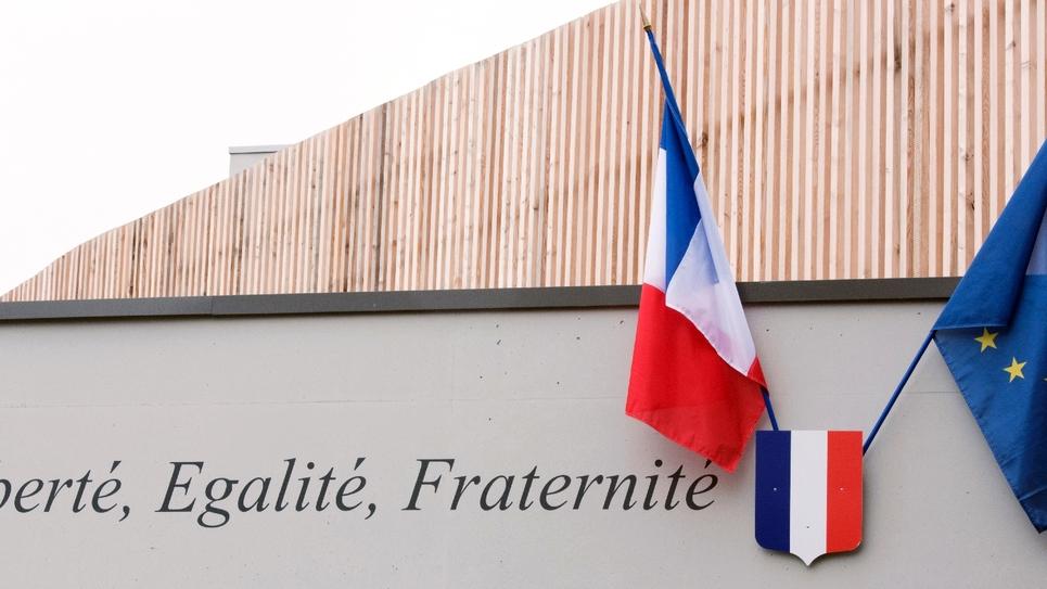Les drapeaux français et européen sur le fronton d'une école près de Lille en septembre 2014