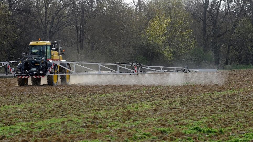 Un agriculteur répand des pesticides sur son champ, le 3 avril 2015 à Villefranche-de-Lauragais, en Haute-Garonne