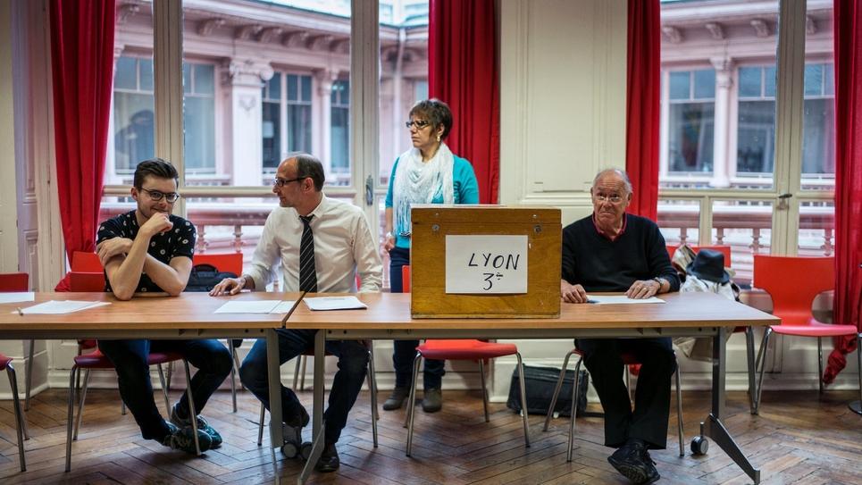 A paris sécurité renforcée pour les bureaux de vote qui en ont