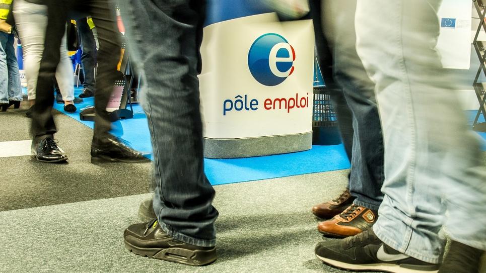 Des personnes se rendent sur le stand de Pôle Emploi lors d'une foire sur l'emploi à Lille, le 28 mai 2015