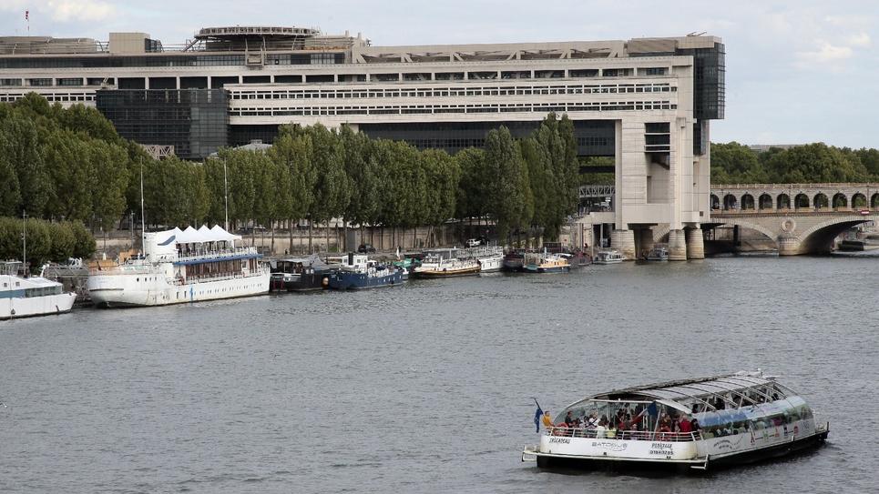 """Un """"Batobus"""" sur la Seine devant le ministère de l'Economie à Paris le 29 juillet 2015"""