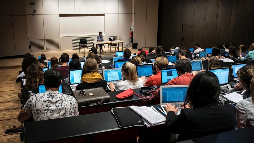 Des étudiants prennent des notes lors d'un cours dans une université de Lyon (France) le 18 septembre 2015