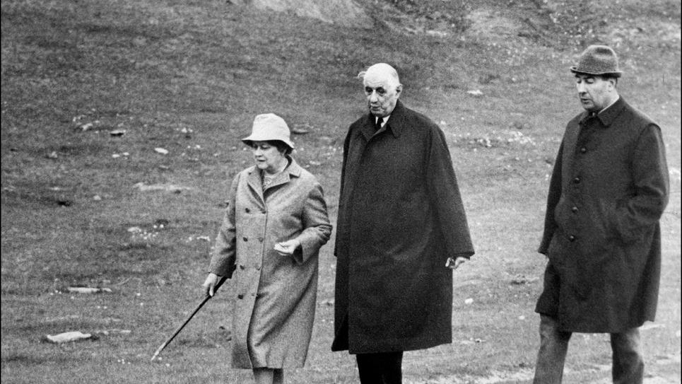 L'ancien président de la République, Charles de Gaulle, alors âgé de 78 ans, entouré de son épouse Yvonne et de son aide de camp François Flohic, marchant quelque part en Irlande entre le 10 mai et le 19 juin 1969 pendant son exil volontaire. De Gaulle